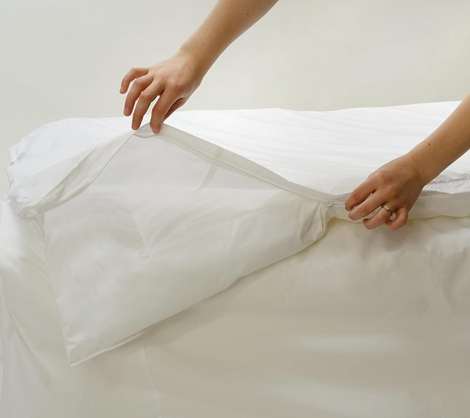 White Bed Guard Stretch Knit Polyester Bed Bug and Dust Mite Control King 12-Inch Deep Pocket Mattress Protector