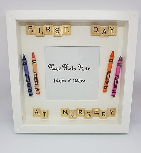 Imagen caja marco pared decoración 1st (First) día en la guardería infantil con Crayola Crayons & Scrabble letras, insertar su propia foto: Amazon.es: Hogar