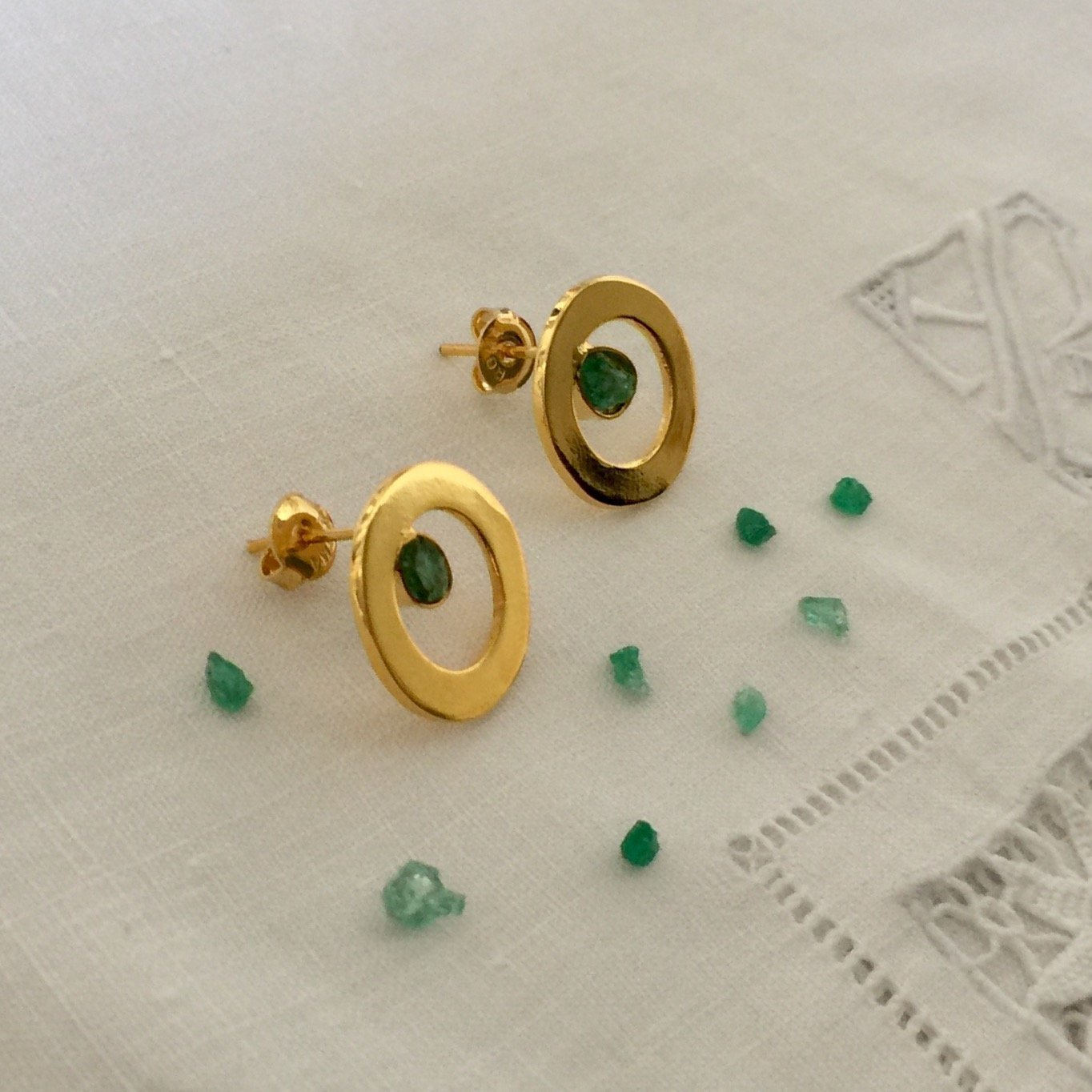 Raw Emerald Stud Earrings by D'Mundo Accesorios . Genuine Raw Colombian Emeralds. Handmade Yellow Gold Plated Circles Earrings.