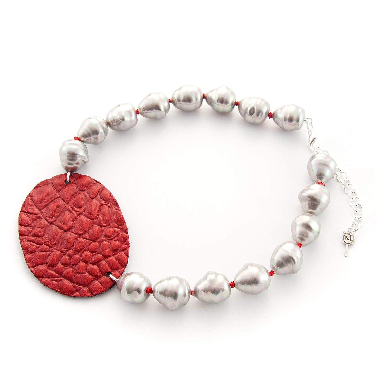 Collar corto mujer de perla artificial con óvalo de piel hecho a mano. Gargantilla de perlas barrocas grises y piel, cuero de color rojo.Regalo para San Valentín.