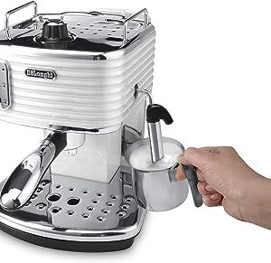 Milch schäumen mit De'Longhi Scultura ECZ 351 Espressomaschine mit Siebträger
