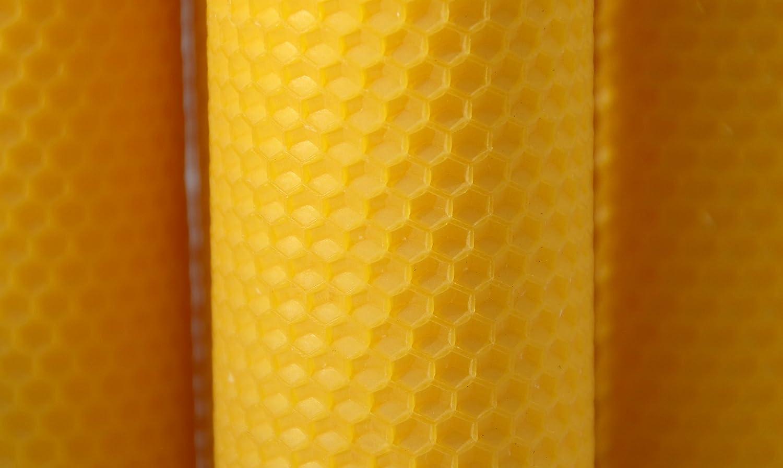 Figura Santa 4 Candele Grandi con Motivo a Nido dApe Diametro 6,5 cm. Le Candele Sono in Pura Cera dapi dapicoltura e di Originale manifattura della Foresta Nera Altezza 18 cm