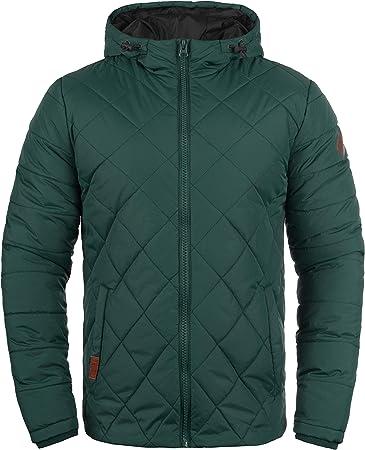 Detalles: Cortavientos con acabados de calidad, forro cálido, capucha con cordón ajustable, numerosa