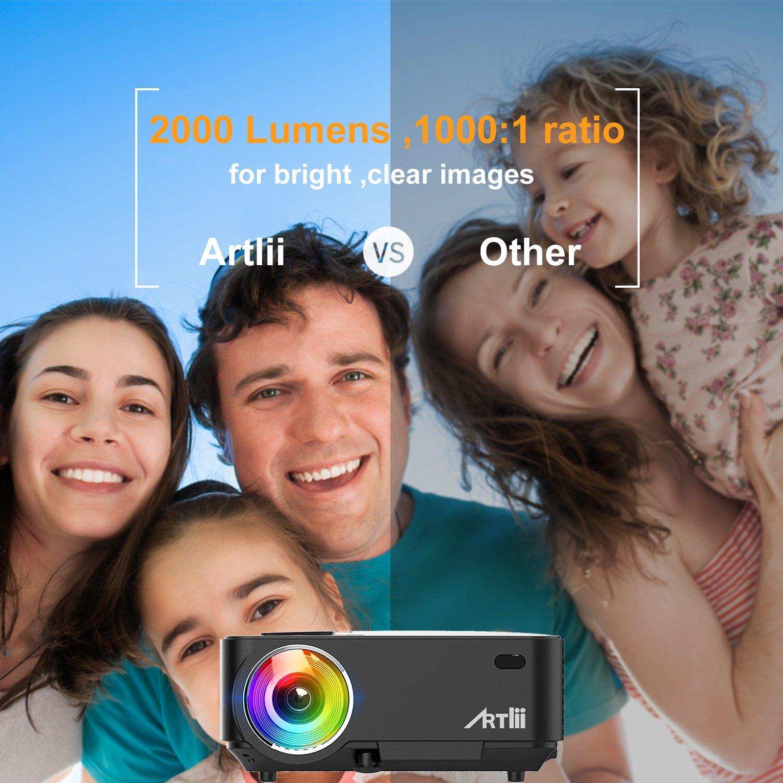 Artlii Proyector Portátil, Mini Proyector 2000 Lúmenes, soporta 1080p Full HD,con HDMI, USB, SD, AV, VGA e Interfaz de Auriculares, Conectar Tablets, TV Stick, Disco Duro, PS4, Xbox y Más - Negro