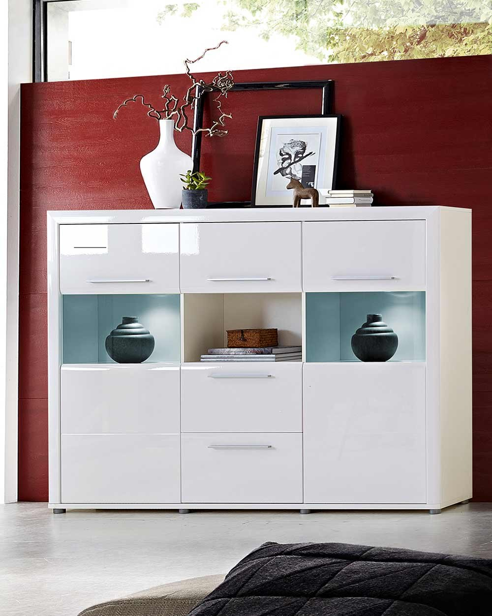 highboard in hochglanz wei mit led beleuchtung 2 t ren mit glaseinsatz 3 schubk sten 1. Black Bedroom Furniture Sets. Home Design Ideas