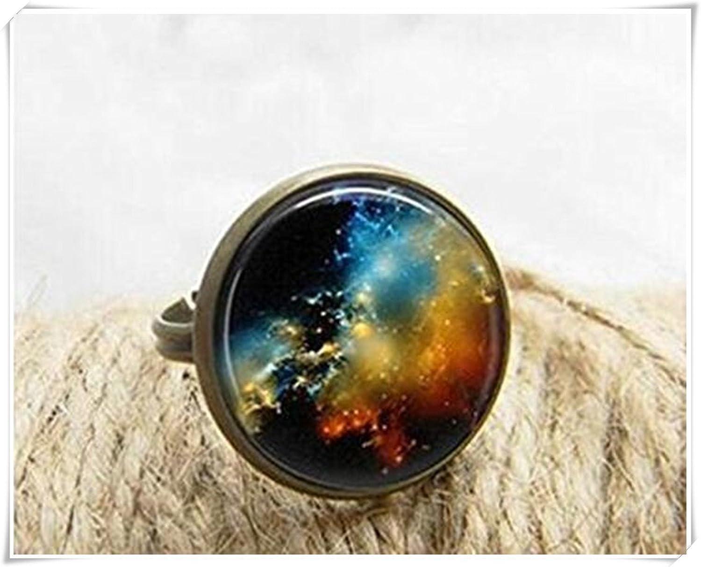 Hermoso espacio anillo. Anillo de cúpula de cristal.