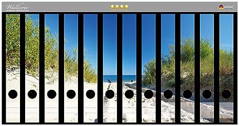 Archivador de adhesivo en el Sandweg a la playa - el cielo azul sobre el mar