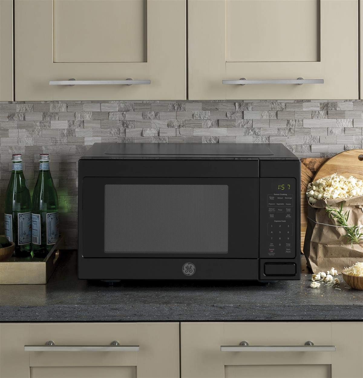 GE JES1657DMBB Microwave Oven by GE (Image #2)
