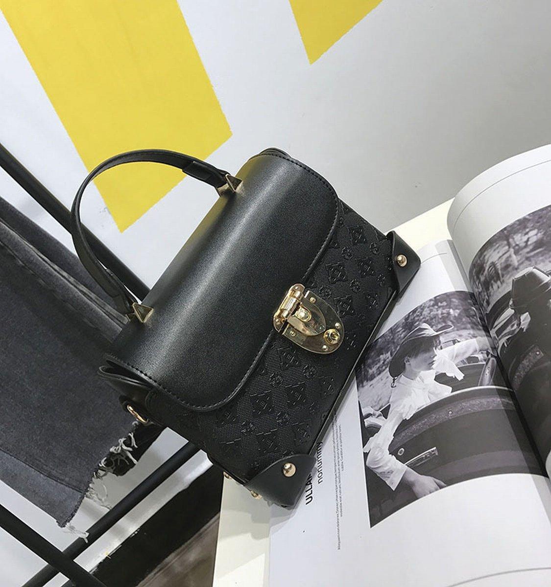 Die Schloss Hardware der Frauen hat die Tasche von Schulter der Schulter der Tasche quadratisch Notebook gehalten in Hand