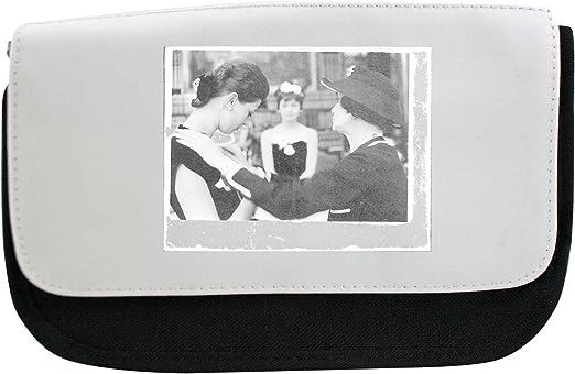 Coco Chanel de pie con un modelo. Estuche, maquillaje bolsa, Multibag: Amazon.es: Hogar