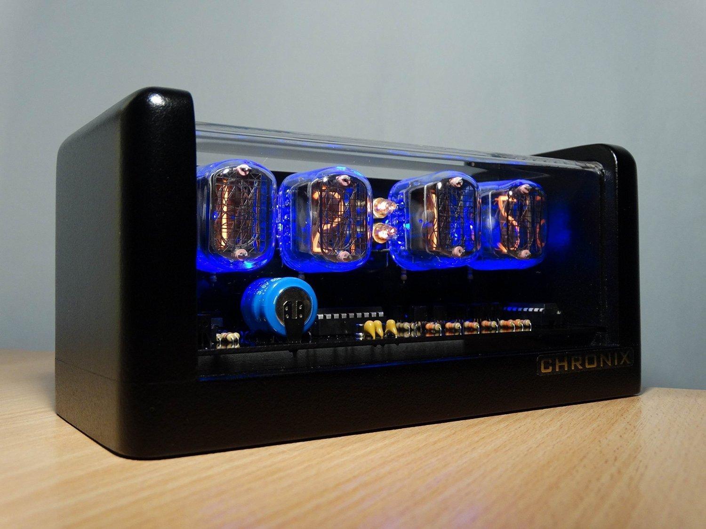 CHRONIX Vintage Nixie Tube Uhr mit 4 x IN-12 Displays & Wecker, Blauer Hintergrundbeleuchtung & schwarzes Holzgehäuse