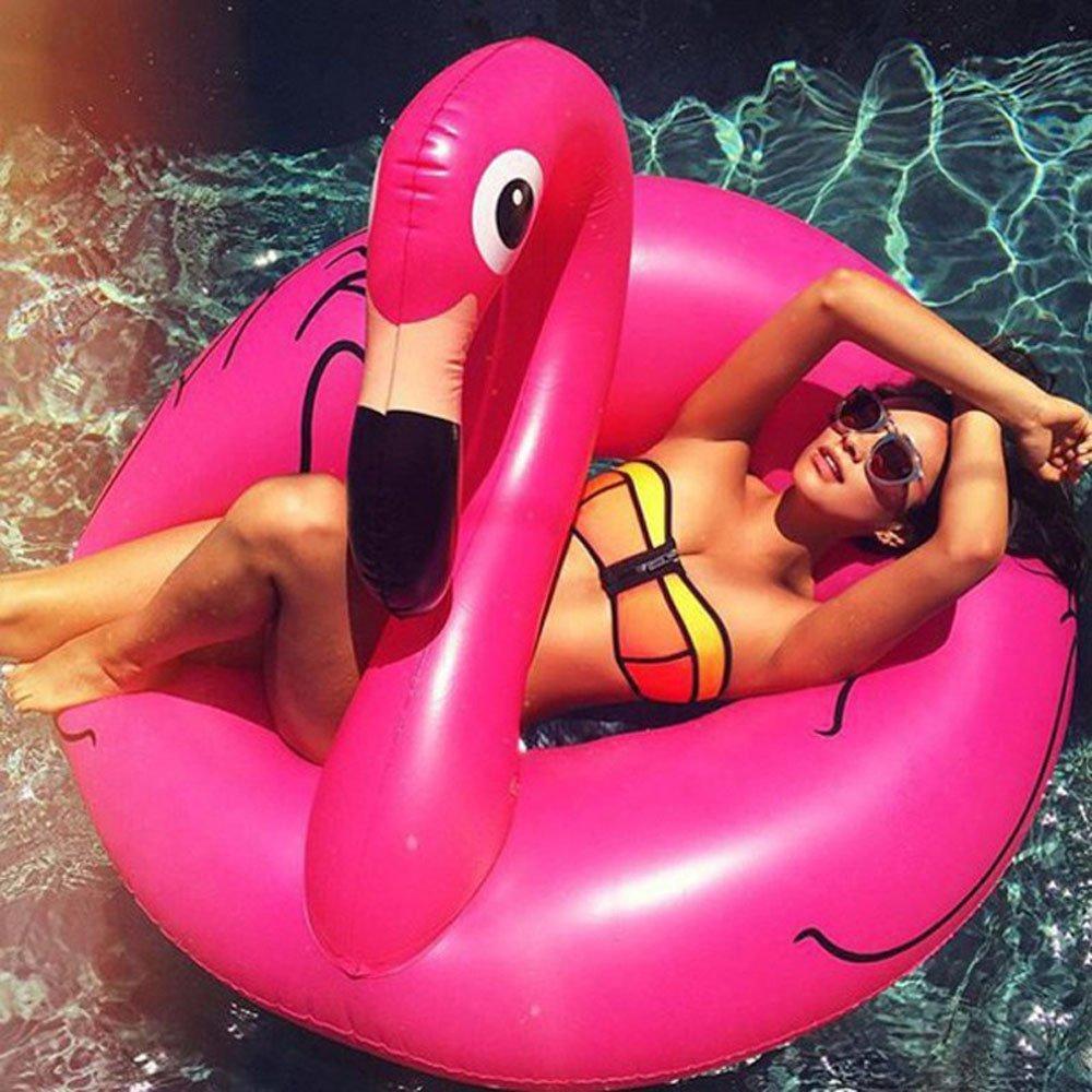ピンクのスワン型浮き輪