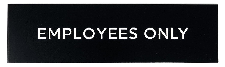 Amazon.com: Empleados sólo Sign por letras KubiK, placa de ...