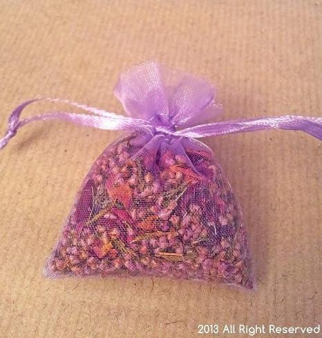 Seca pétalos de rosa y Heather granos en pequeñas bolsas ...