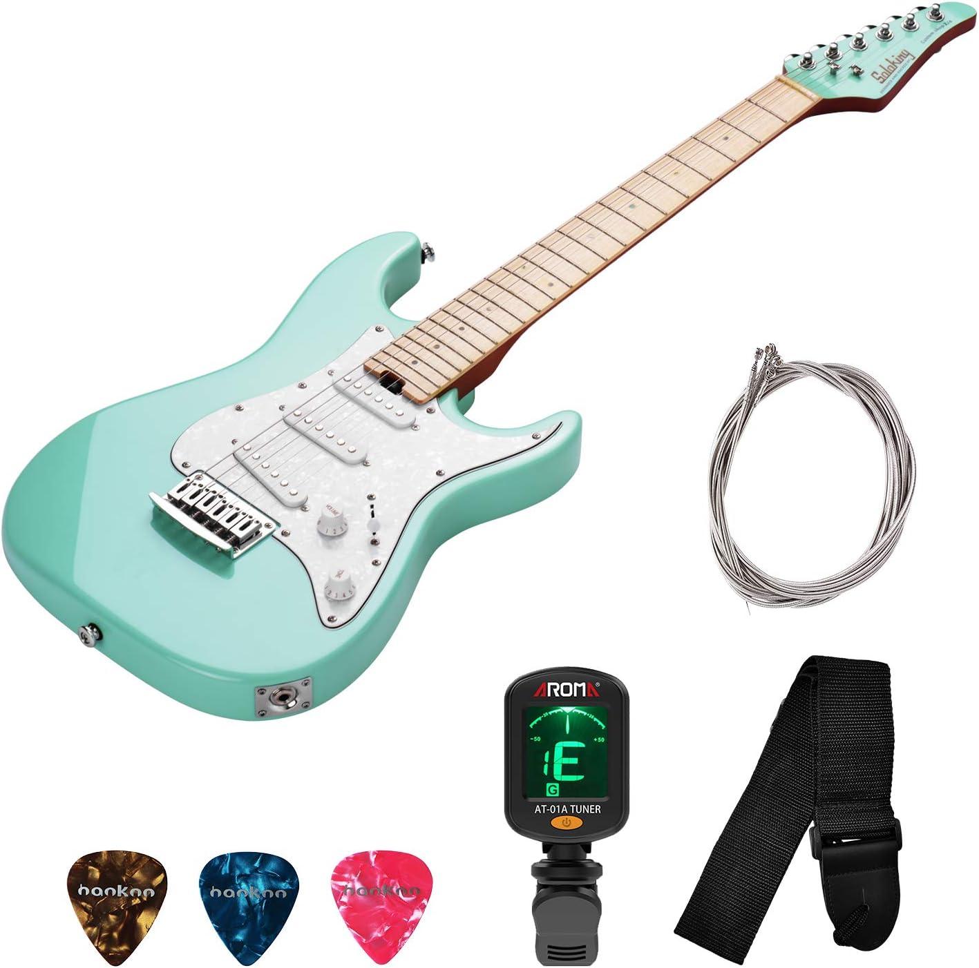 Mini 2/4 Guitarra eléctrica atornillada para diestros Cuerpo de aliso Diapasón de mástil de arce Placa protectora de perla blanca Pastilla SSS para niños principiantes con juego de cuerdas Correa
