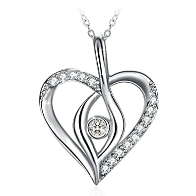Splendide pendentif en cœur avec un diamant en son centre ornée de pierre