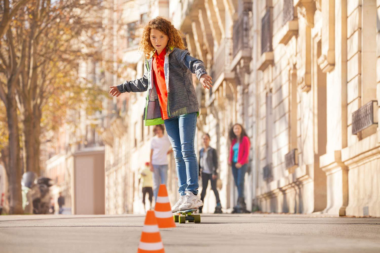 Pylonen f/ür Sport Slalom Fu/ßball Outdoor ca 24 x 13,5 cm 4 St/ück Idena 40085 Verkehrsh/ütchen aus Kunststoff