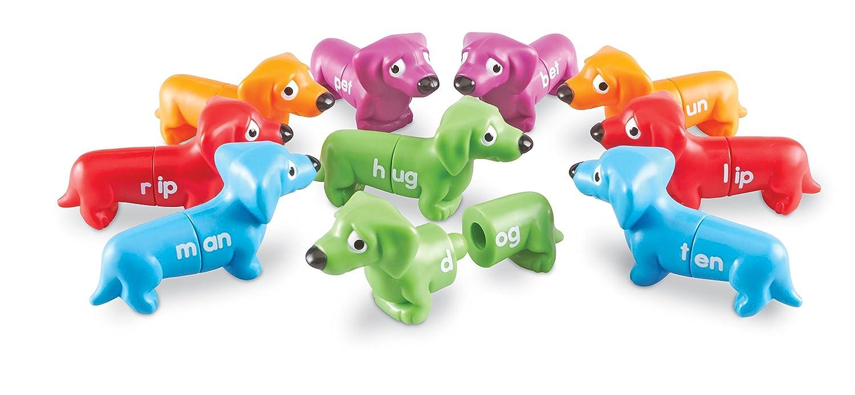 حروف اطفال مدونه على لعبة جميلة من قطعتين على شكل كلاب صغيرة