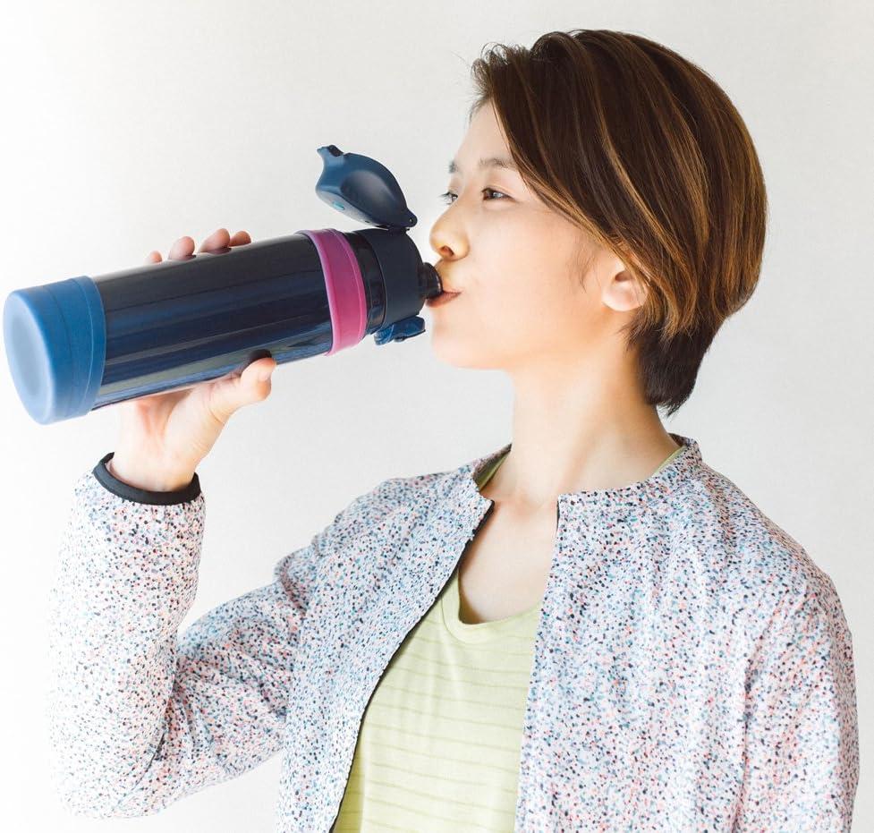 直飲みタイプの水筒で飲んでいる女性