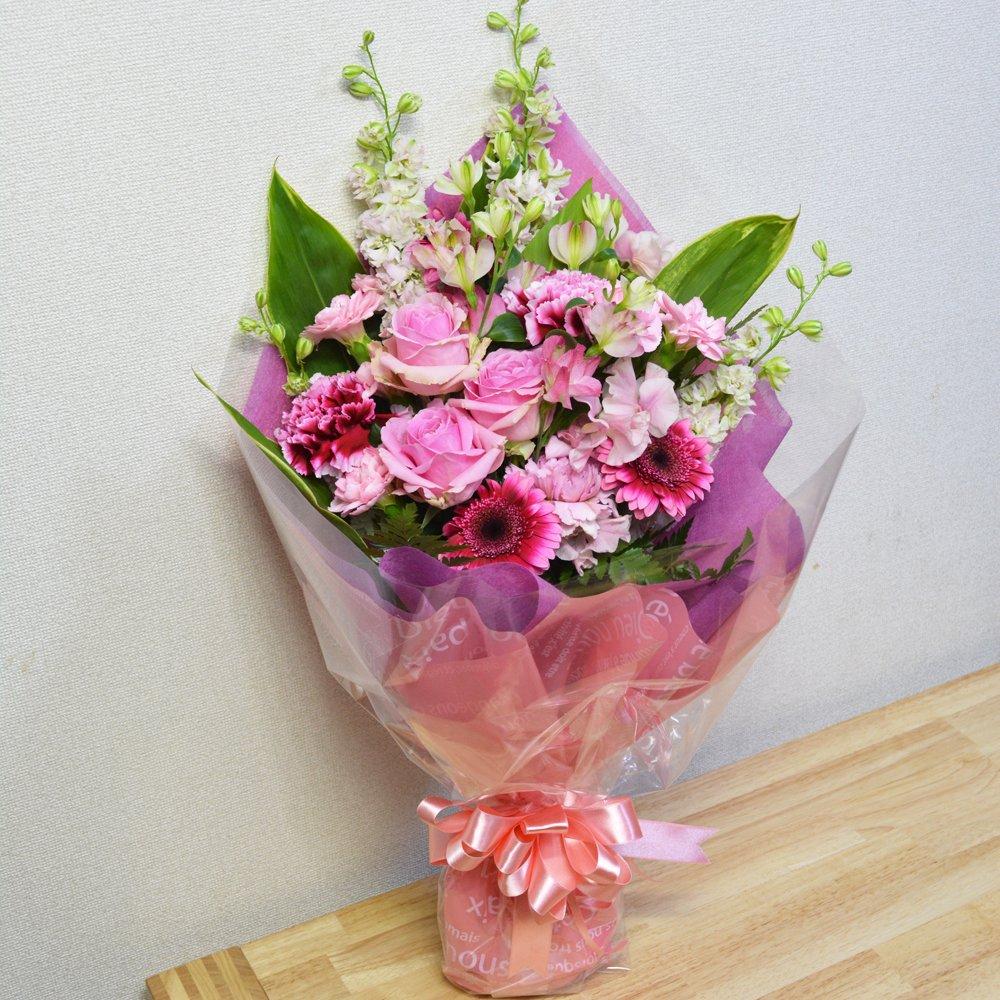 ピンクの季節花を使用したボリューム花束