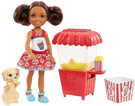 Barbie Chelsea Junior, muñeca y puesto de palomitas (Mattel FHP68)