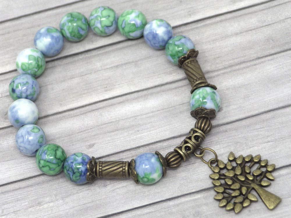 Pulsera vintage tibetana en cuentas de jade blanco teñidas de azul y verde y colgante en forma de árbol de bronce antiguo