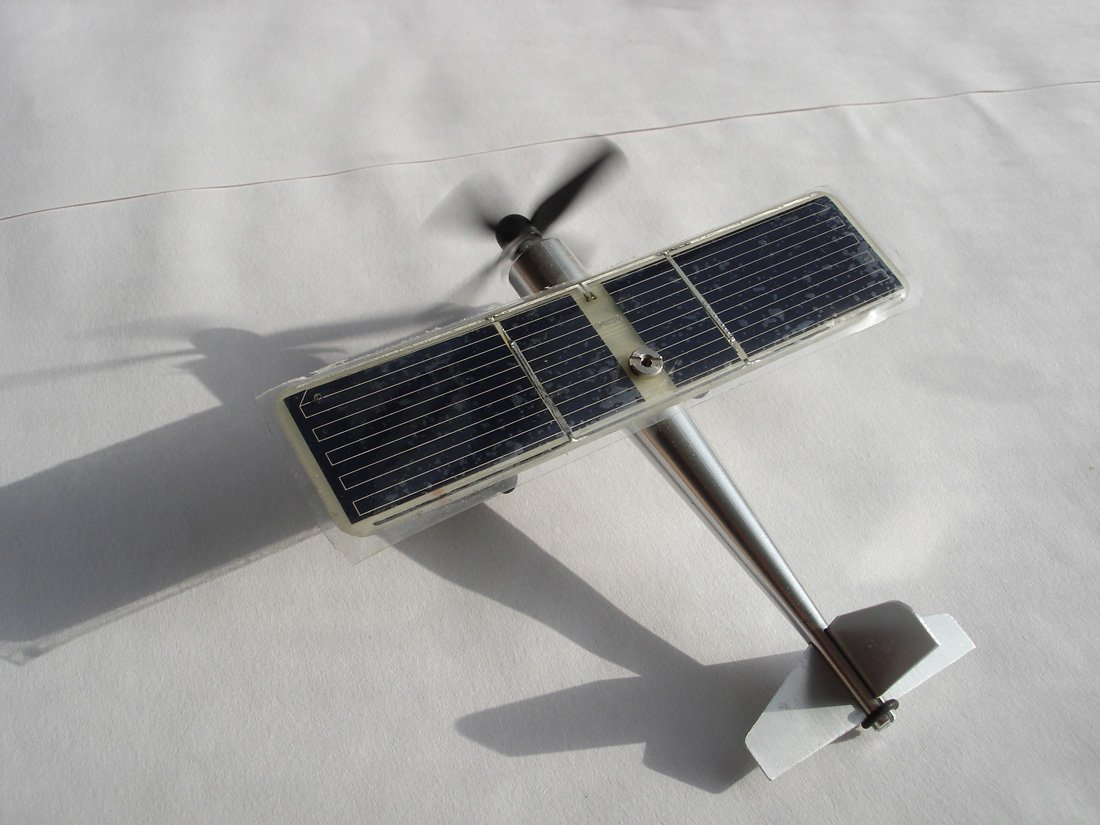 CHANCS Solar Airplane Kit 0.4W Stainless Steel Model Green Power Easily Assembled