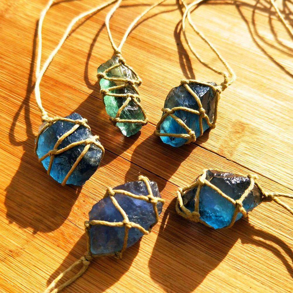 Cristal de Quartz Naturel /à pierre Bleu-vert fluorite Traitement Pierre fluorite Ornement fluorite Pendentif avec tiss/é /à la main en corde tress/ée en couleur al/éatoire