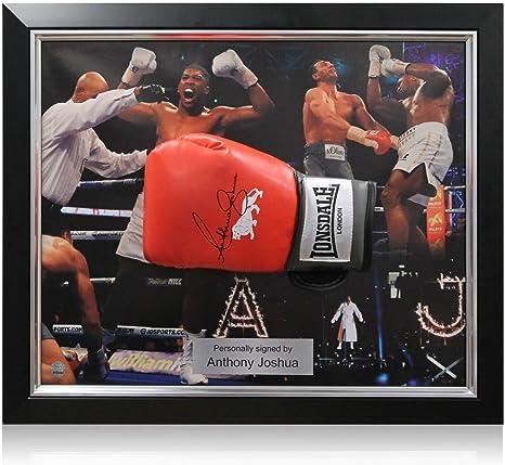 Anthony Joshua firmó el guante de boxeo rojo de Lonsdale. En marco ...