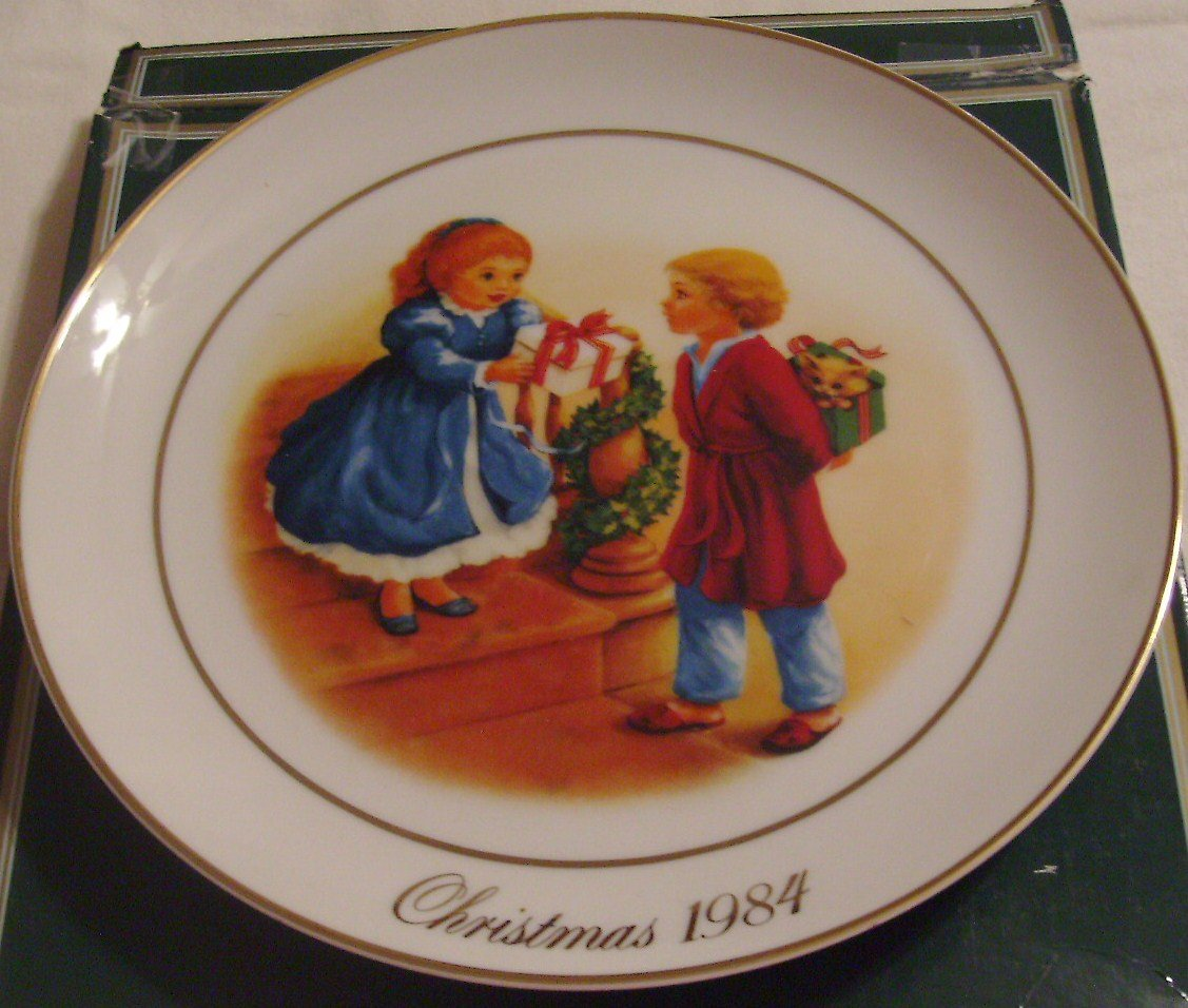 AVON Christmas Memories 1984 Collector Plate 22k Celebrate the Joy of Giving