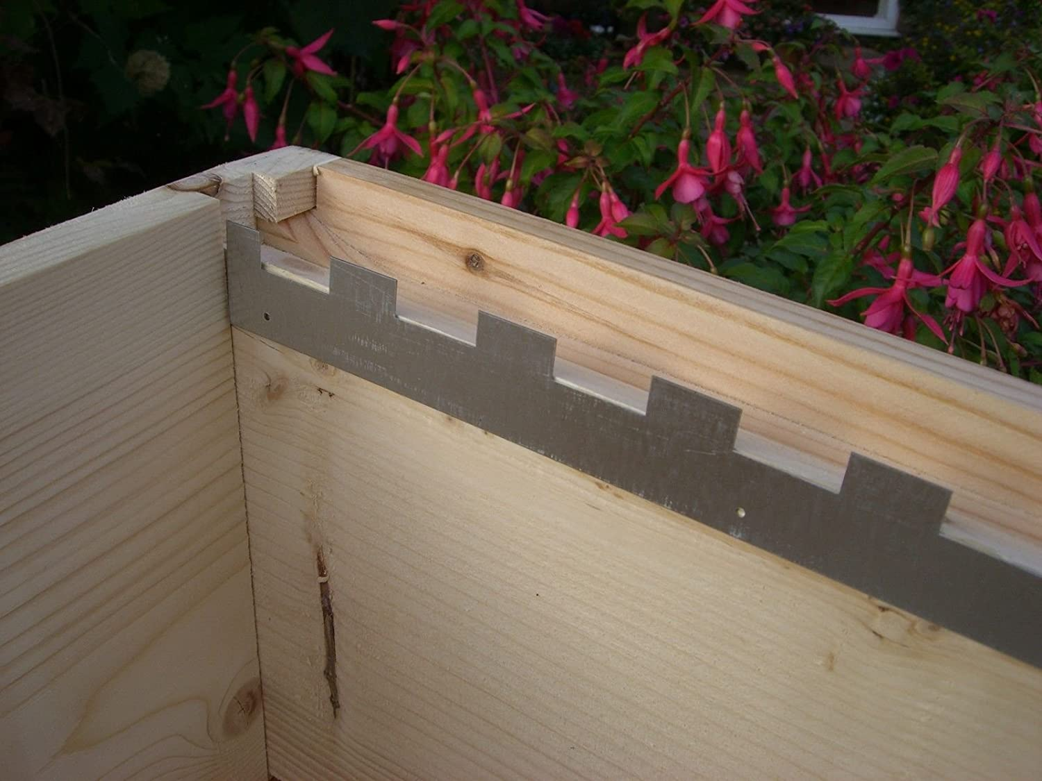 4 Castellated frame spacers (2 pairs) holding 10 frames Simonthebeekeeper