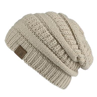 Un pequeño sombrero grueso de color beige perfecto para usar en la época de  invierno. Diseño muy cómodo que podrá mantenerte caliente en el frío. 34a3607991f