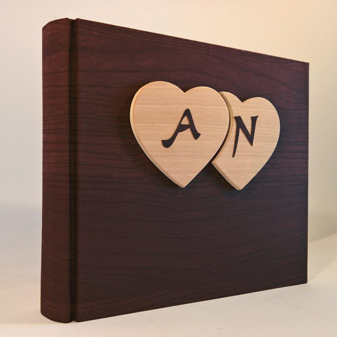 Album fotografico innamorati carta effetto legno MOGANO + cuori in legno massello e iniziali personalizzabili innamorati anniversari wedding matrimonio nozze