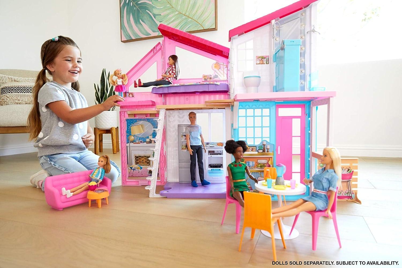 Barbie Casa Malibu, casa de muñecas de dos pisos plegable con muebles y accesorios, regalo para niñas y niños 3-9 años (Mattel FXG57)
