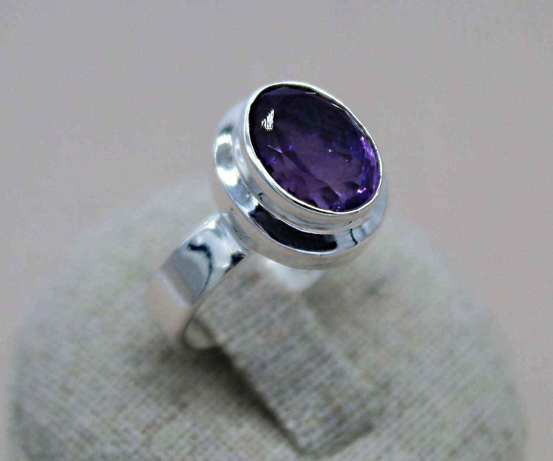 Anillo de plata esterlina. Amatista natural. Anillo violeta. Anillo piedra Marte. Joyas del zodiaco.