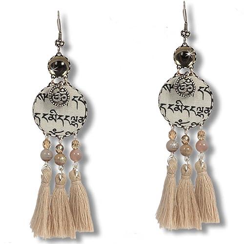 """""""Wind Tashi"""" – ausgefallene & extravagante Ohrringe aus tibetischen Gebetsfahnen. Buddhistische Mantras, Quasten, Achat und das OM-Symbol vereinen sich zu originellen Geschenk-Ideen für Frauen."""