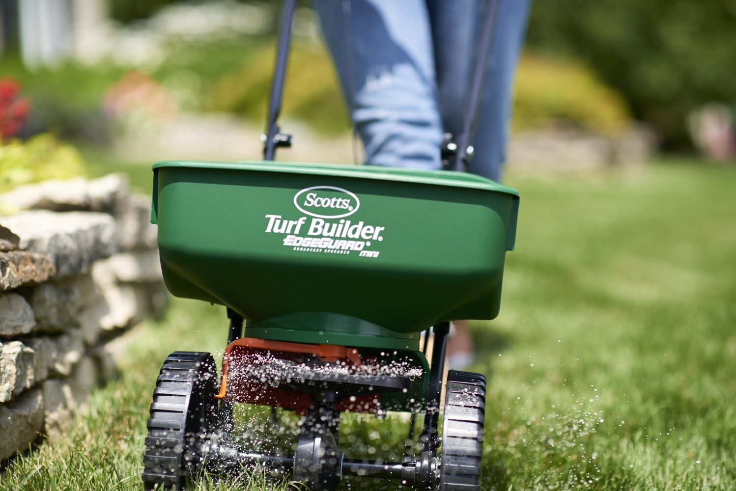 Broadcast lawn spreader