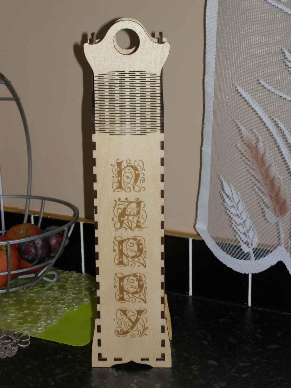 Corte láser y caja de madera grabada vertical de feliz cumpleaños como un regalo.