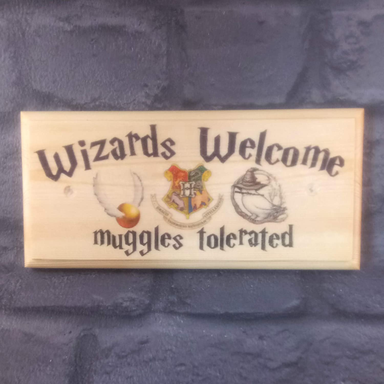 Sconosciuto Wizards Welcome Plaque/Sign/Gift Harry Potter Hogwarts Muggles porta della camera Sign-Design-x