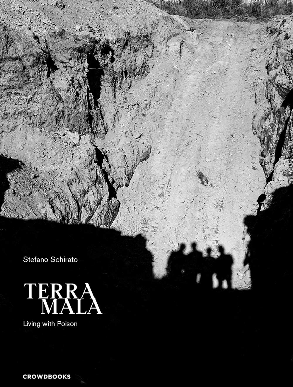 Terra mala. Living with poison. Ediz. italiana e inglese (Inglese) Copertina rigida – 1 ott 2018 Stefano Schirato Crowdbooks 8885608140 Campania