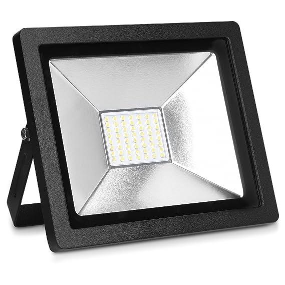kwmobile LED Flutlicht Strahler 30W - LED-Strahler 2100 Lumen mit Stromkabel - Flutlichtstrahler Hof Treppe Garten Garage Wan