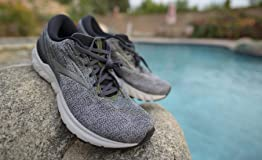 Fits well, comfortable grip, pairs nicely with orthotics/insoles!
