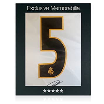 73c229621 Zinedine Zidane Signed Real Madrid 2003-04 Football Shirt (With Logo On  Number). In Gift Box  Amazon.co.uk  Sports   Outdoors