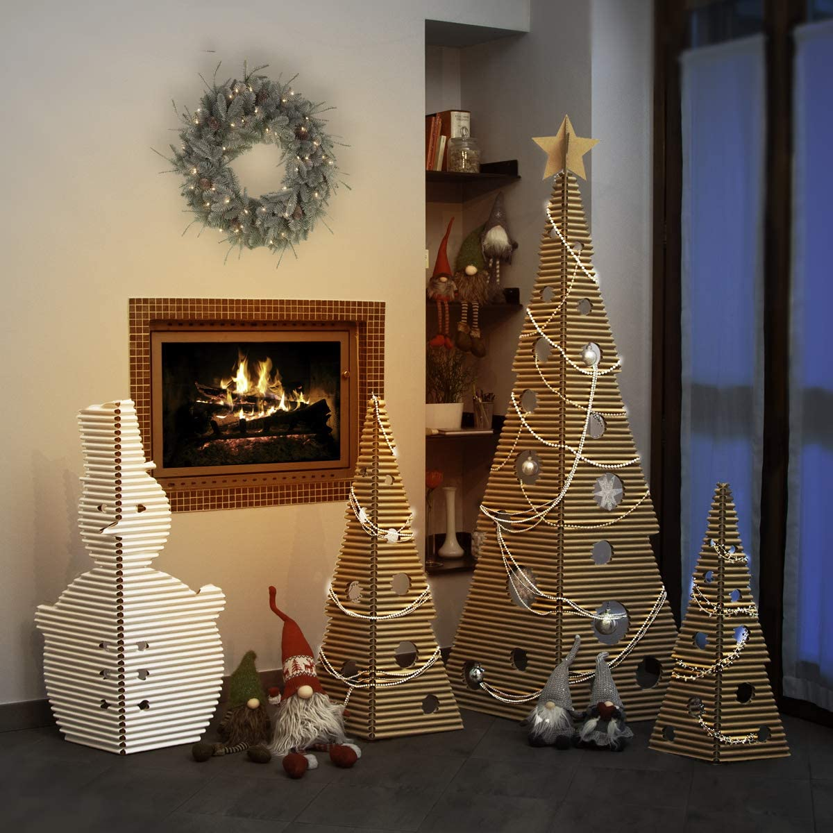 Altezza albero grande: 1.6m albero piccolo: 74,5cm pupazzo di neve: 92cm Colore Bianco albero medio: 95,5cm Set Natale di cArt/ù /è composto da 3 alberi una stella ed un pupazzo di neve in cArt/ù