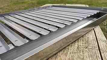 Parrilla de Acero Inoxidable para Barbacoa y Chimenea | Asador Inox con Mangos Plegable y Recoge-grasas | Ideal para el Jardín de tu Casa y Asar con Carbón, Leña y Briquetas |
