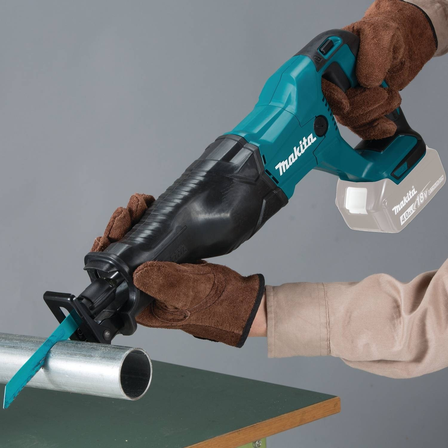 demonstration of Makita cutting aluminum pipe