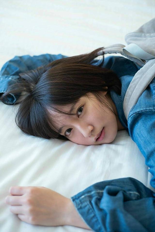 吉岡里帆 リュックを背負ったままベッドに寝そべる iPhone(640×960)壁紙画像