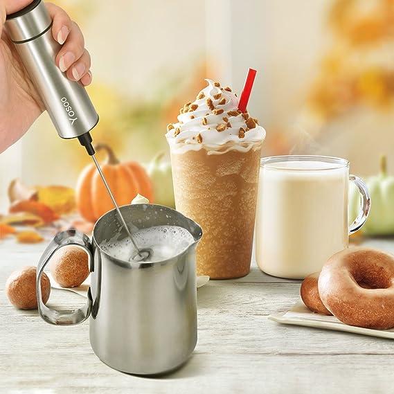 Espumador eléctrico de leche de Yosoo, espumador de leche manual a pilas con soporte, con cepillo para limpieza, batidor doble de acero inoxidable y batidor ...
