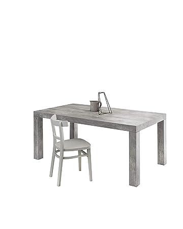 Tavolo quadrato con piano effetto cemento e sedie di colore
