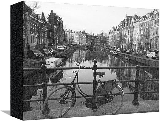 Blanco y Negro imge de una vieja bicicleta por el canal Singel ...